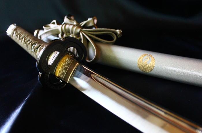 【鶴丸国永】の模造刀を販売。当店限定の鶴丸紋